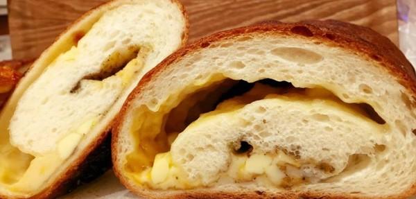 チーズのたっぷり入ったパンde tout painduce大阪店